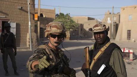 Soldat français avec un homologue malien à Tombouctou en 2014 (image d'illustration).