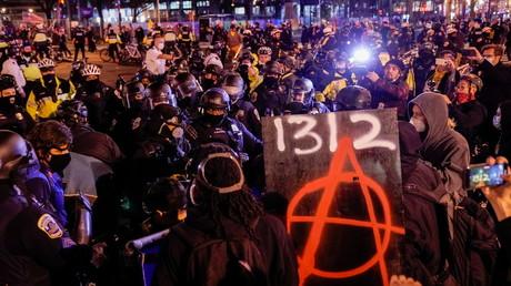 Affrontements entre Proud Boys et contre-manifestants, le 12décembre 2020 dans la capitale Washington (Etats-Unis).