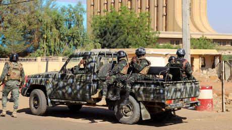 Des militaires nigériens en faction le 13 décembre à Niamey (Niger). (Image d'illustration)