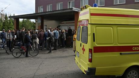 Des gens se rassemblent devant l'hôpital d'Omsk, en Russie, où avait été admis l'opposant Alexeï Navalny en août (image d'illustration).