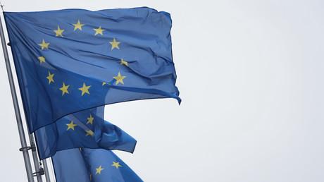 Le drapeau de l'Union européenne flottant sur la Commission européenne à Bruxelles.