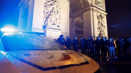 Des policiers manifestent devant l'Arc de Triomphe sur la place de l'Etoile à Paris le 14 décembre 2020 (image d'illustration).