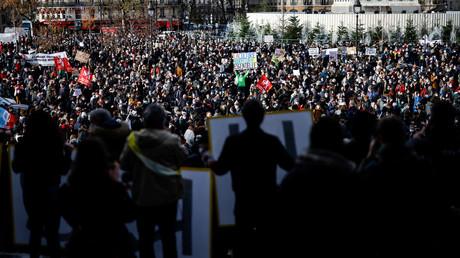 Manifestation du secteur de la culture le 15 décembre à Paris, place de la Bastille.