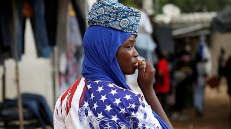 Une femme dans la rue de Abidjan (Côte d'Ivoire) porte un t-shirt au motif du drapeau américain