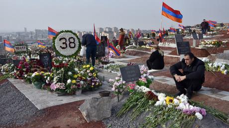 Des personnes visitent les tombes de leurs proches tués pendant le conflit du Haut-Karabagh, à Erevan, Arménie, le 12 décembre 2020 (image d'illustration).