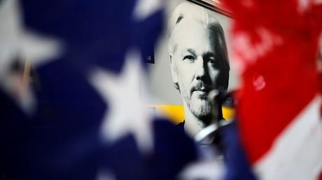 Portrait de Julian Assange aperçu à travers un drapeau américain lors d'une manifestation devant le tribunal d'Old Bailey dans le centre de Londres le 14 septembre 2020 (image d'illustration).