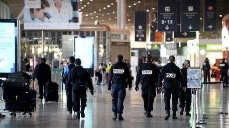 Une patrouille de police à l'aéroport de Paris-CDG, où Jean-Luc Brunel a été interpellé le 16décembre 2020 alors qu'il allait s'envoler pour Dakar (image d'illustration).