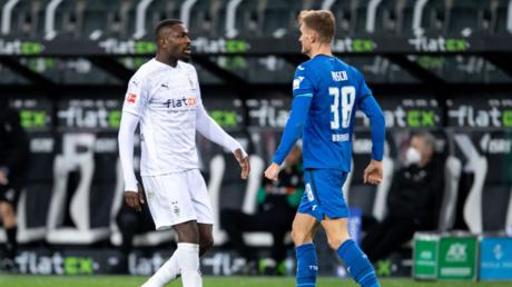 Marcus Thuram et Stefan Posch, le 19décembre 2020 dans le stade de Mönchengladbach.
