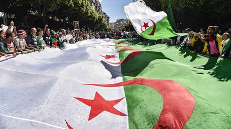 Drapeau algérien déroulé durant une manifestation à Alger le 31 mai 2019 (image d'illustration).