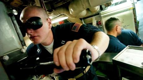Un militaire américain manipule un périscope à bord du sous-marin nucléaire de classe Ohio USS Georgia (SSGN 729), le 7 octobre 2004, au large des côtes du sud de la Californie (image d'illustration).