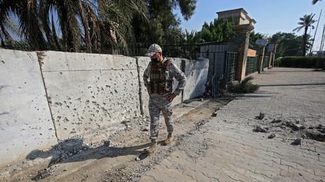 Un soldat irakien inspecte les dégâts causés par un tir de roquettes sur Bagdad, le 18 novembre 2020 (image d'illustration)