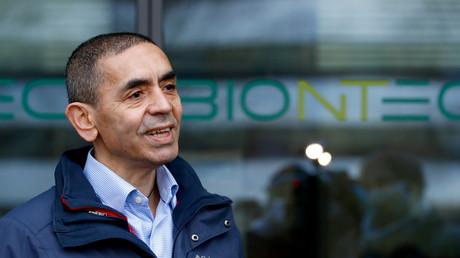 Le PDG et cofondateur de BioNTech Ugur Sahin devant les locaux de l'entreprise à Mayence, en Allemagne, le 22 décembre 2020.