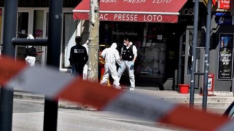 Des policiers sur l'un des lieux de l'attaque au couteau à Romans-sur-Isère (Drôme), le 4avril 2020.