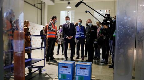 Le ministre français de la Santé Olivier Véran visite un centre logistique pour la distribution du vaccin Covid-19 dans la banlieue parisienne de Chanteloup-en-Brie, le 22décembre 2020 (image d'illustration).