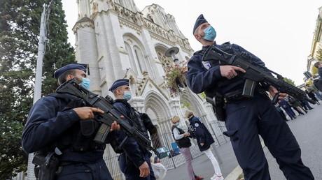 Des policiers sécurisent le périmètre de la basilique Notre-Dame à Nice après l'attaque djihadiste qui a endeuillé la ville, 29 octobre 2020 (image d'illustration).