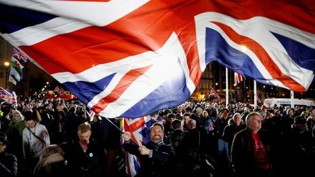 Un homme avec le drapeau britannique le jour du Brexit à Londres