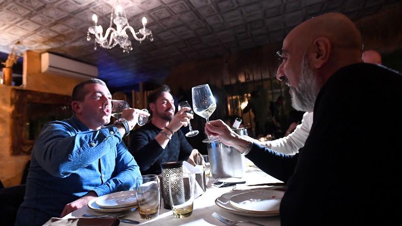 «Moi, j'ouvre» : des restaurateurs italiens excédés bravent les restrictions sanitaires (IMAGES)