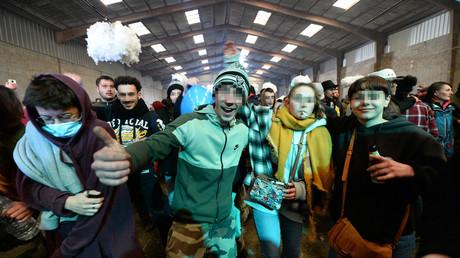 Des fêtards participant à la rave party de Lieuron, dans un hangar désaffecté, le 1er janvier 2021.