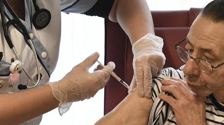 Un patient se fait administrer une dose du vaccin Pfizer/BioNTech à Bobigny, le 30 décembre 2020 (image d'illustration)