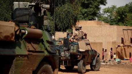 Soldats français patrouillant dans les rues de Gossi au Mali le 29 juillet 2019