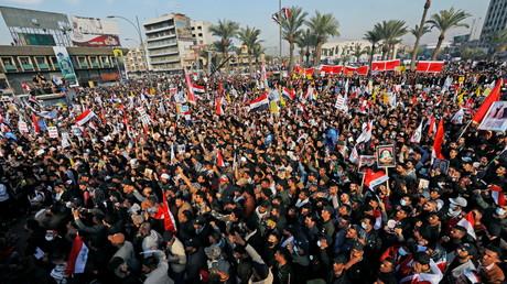 Une foule réunie pour le premier anniversaire de l'assassinat de Qassem Soleimani et d'Abou Mehdi al-Mouhandis, à Bagdad, en Irak, le 3 janvier 2021.