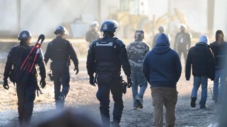 Gendarmes mobiles et fêtards au matin du 2 janvier à Lieuron.