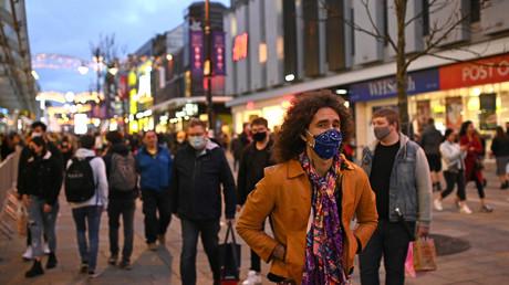 Des passants masqués dans les rues de Newcastle le 19 décembre 2020