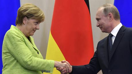 La chancelière allemande Angela Merkel et le président russe Vladimir Poutine, le 2 mai 2017 à Sotchi (image d'illustration).