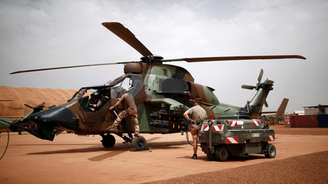 Des soldats français préparent un hélicoptère Tigre pour le combat le 1er aout 2019 (image d'illustration).