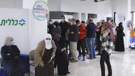 Fil d'attente dans un centre de santé pour recevoir le vaccin contre le Covid-19 à Fahm, ville arabe d'Israël (image d'illustration).