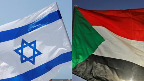 Photomontage dans lequel figurent un drapeau israélien (à gauche) et un drapeau soudanais (à droite).