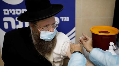 Un Israélien se faisant vacciner le 4 janvier 2021