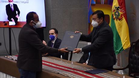 Le président bolivien Luis Arce reçoit un accord signé avec la Russie pour la fourniture de 2,6 millions de doses du vaccin Spoutnik V contre le Covid-19 à La Paz, en Bolivie , 30 décembre 2020 (image d'illustration).