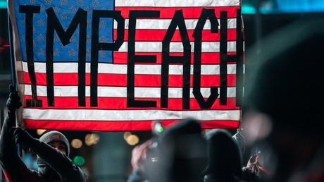 Un drapeau appellant à la destitution de Donald Trump, brandi lors de la manifestation «Get him out ! Defend democracy», à New York, le 7 janvier 2021.