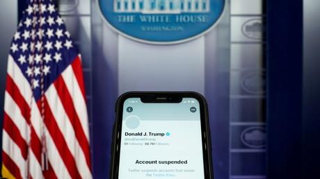 Le compte Twitter suspendu de Donald Trump, avec en arrière-plan la salle de presse de la Maison Blanche à Washington, le 8janvier 2021.
