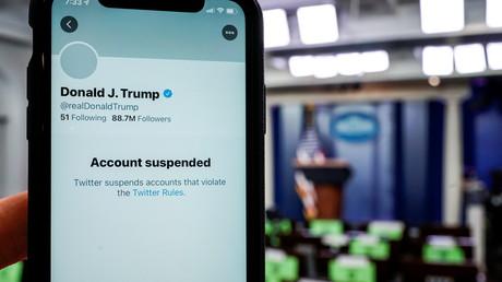 Illustration : compte Twitter suspendu du président américain Donald Trump vu sur un smartphone dans la salle de briefing de la Maison Blanche à Washington, Etats-Unis, le 8 janvier 2021.