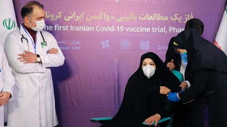 À Téhéran, une infirmière se prépare à injecter le vaccin iranien à une volontaire, le 29décembre 2020.