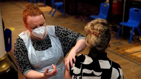 Une femme reçoit le vaccin Pfizer-BioNTech contre le Covid-19 à  Saint Albans au Royaume-Uni le 8 janvier (image d'illustration).