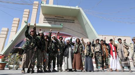 Des rebelles houthis se rendent sur la tombe d'un des leurs à Sanaa le 11 janvier 2021 (image d'illustration).