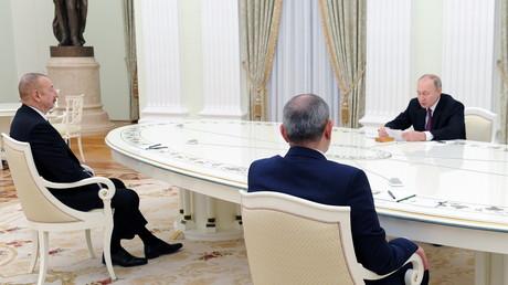 Le président russe Vladimir Poutine rencontre le président azerbaïdjanais Ilham  Aliyev et le Premier ministre arménien Nikol Pashinyan à Moscou le 11 janvier.