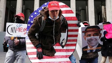Des supporters de QAnon devant les locaux de Fox News, à New York, le 2 novembre 2020 (image d'illutration)