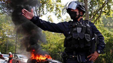 Un fonctionnaire de CRS sécurise le périmètre d'un incendie de véhicule à Paris en marge d'une manifestation des Gilets jaunes le 12 septembre 2020 (image d'illustration).