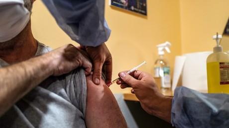 Vaccination d'un homme à Nice contre le Covid-19 (image d'illustration).