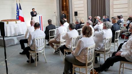 Emmanuel Macron prononce un discours devant les membres de la Fédération française de la boulangerie et de la pâtisserie, à l'Elysée, à Paris, France le 13 janvier 2021.