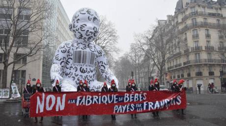 Un «bébé géant» déployé par La Manif pour tous, le 16janvier 2021, devant le ministère de la Santé à Paris.