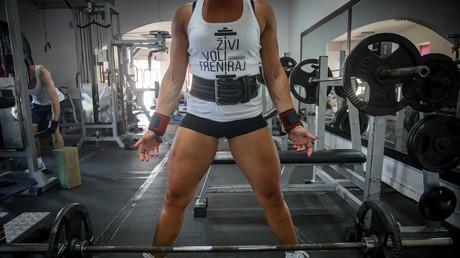 Une femme pratiquant la force athlétique. (Image d'illustration)