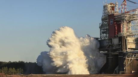 Essai d'allumage des moteurs de la fusée SLS au Centre spatial Stennis de la NASA, le 16 janvier 2021.