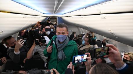 L'opposant russe Alexeï Navalny dans son avion en partance pour Moscou le 17 janvier.