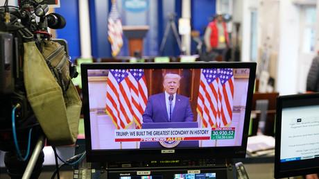 La vidéo d'adieu de Donald Trump diffusée sur un écran dans la salle de presse Brady de la Maison Blanche, à Washington, le 19 janvier 2021.