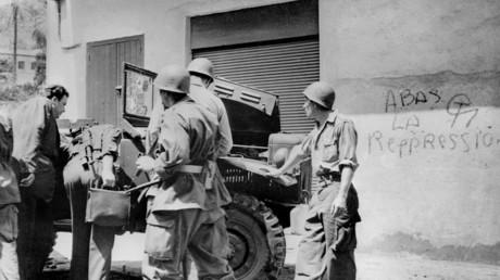 Des soldats français examinent un véhicule militaire au pare-brise cassé le 22 juillet 1956, pendant la guerre d'Algérie, à la suite d'une embuscade au cours de laquelle le conducteur a trouvé la mort (image d'illustration).
